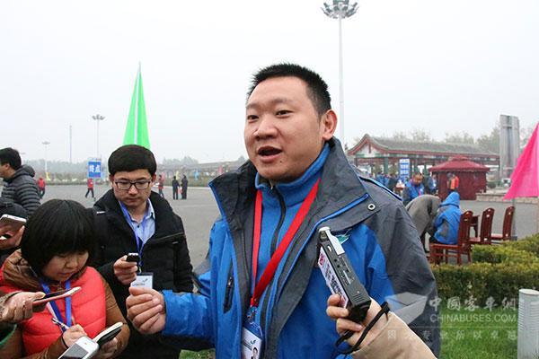重庆公交驾驶员戴航天接受媒体采访