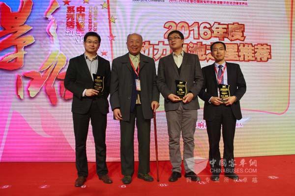 中国工程院院士杨裕生为2016年度动力电池之星获奖企业颁奖