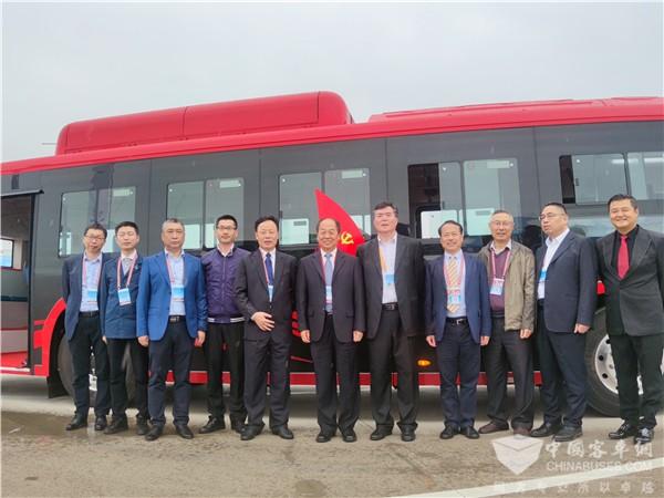 """航空""""硬科技""""加持 我国首台碳纤维复材地铁巴士""""金龙造"""""""
