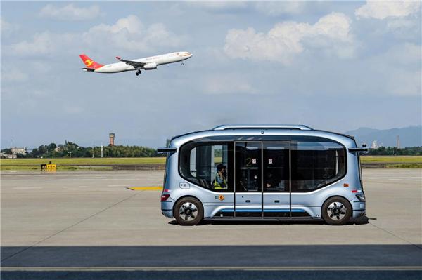 国内首例机坪内载人测试 宇通无人驾驶巴士进驻长沙黄花机场
