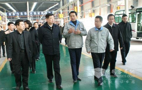 山东省委书记姜异康(左二)视察齐鲁客车