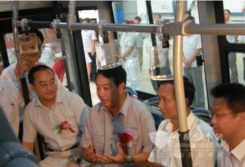 齐鲁客车首批新能源客车成功下线