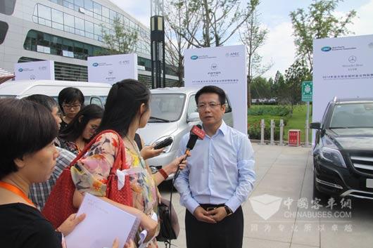 王向银先生接受记者的集体采访